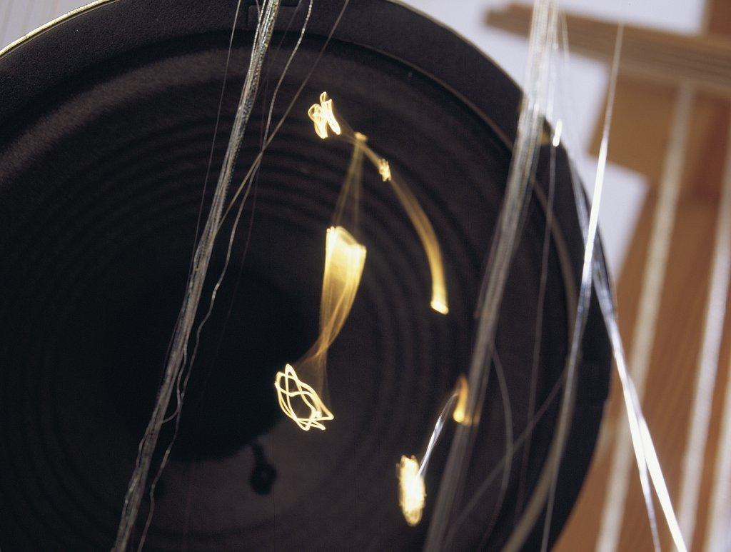 Fiberoptik i högtalare som gestaltar en ton.